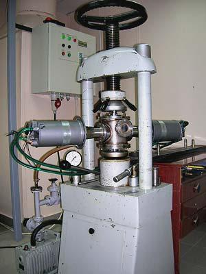 Установка для одноосного статического прессования с ультразвуковым воздействием на нанопорошок